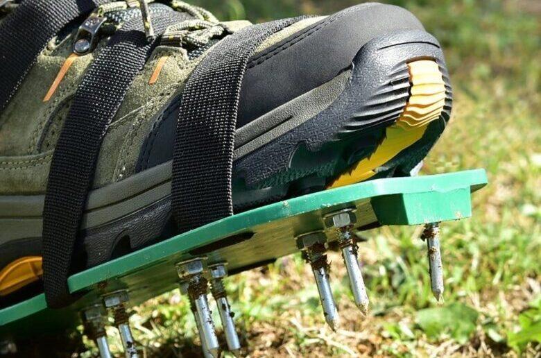 Аэрационная обувь с шипами для газонов
